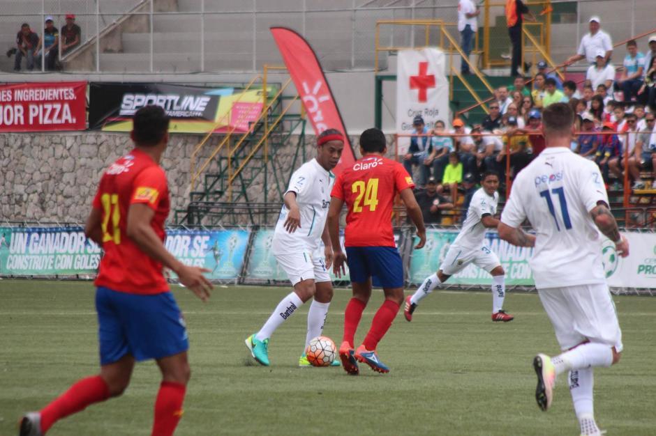 Ronaldinho hizo una gran jugada en la que los Rojos no pudieron hacer nada. (Foto: Alejandro Balán/Soy502)