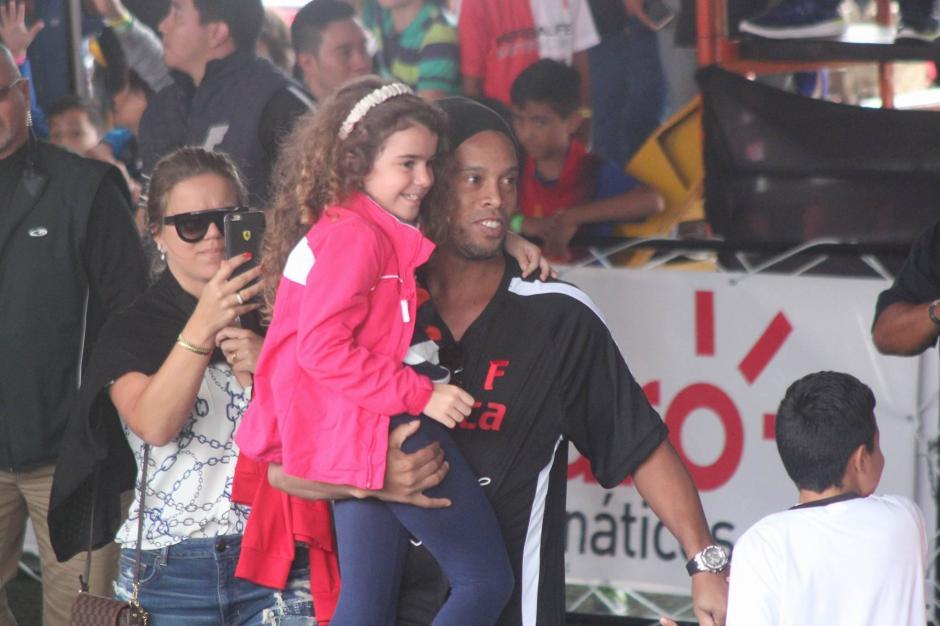 El jugador escogió a una niña del público para que jugara.  (Foto: Alejandro Balán/Soy502)