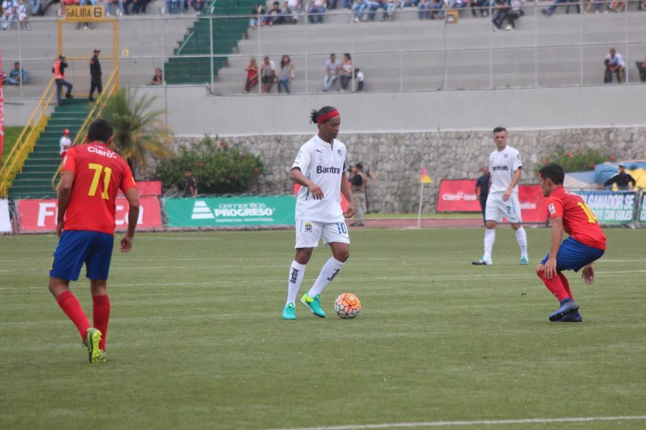 Ronaldinho jugó el segundo tiempo con los cremas. (Foto: Alejandro Balán/Soy502)