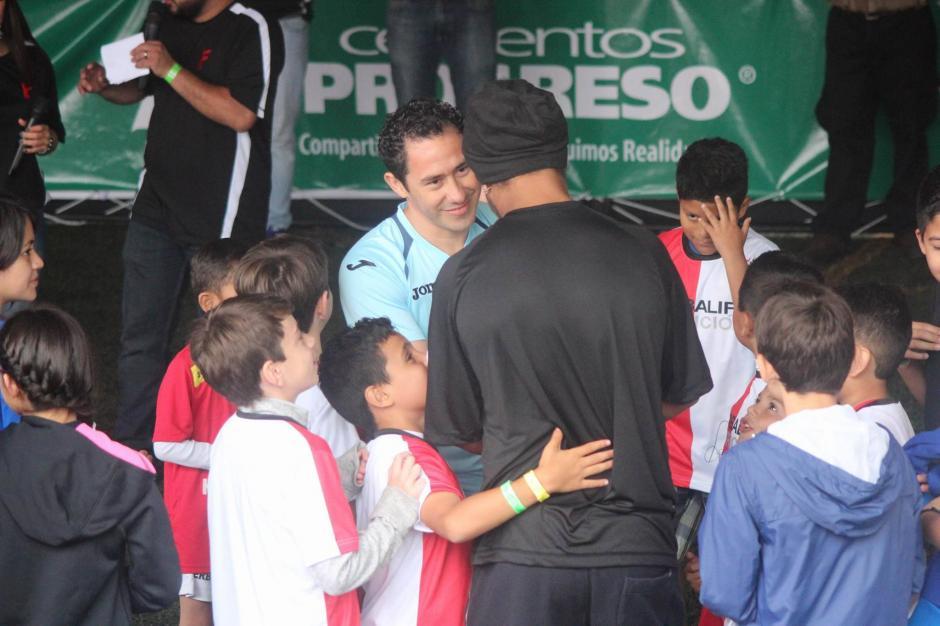 Saludo con Carlos Mérida, portero de la selección de Futsal.  (Foto: Alejandro Balán/Soy502)