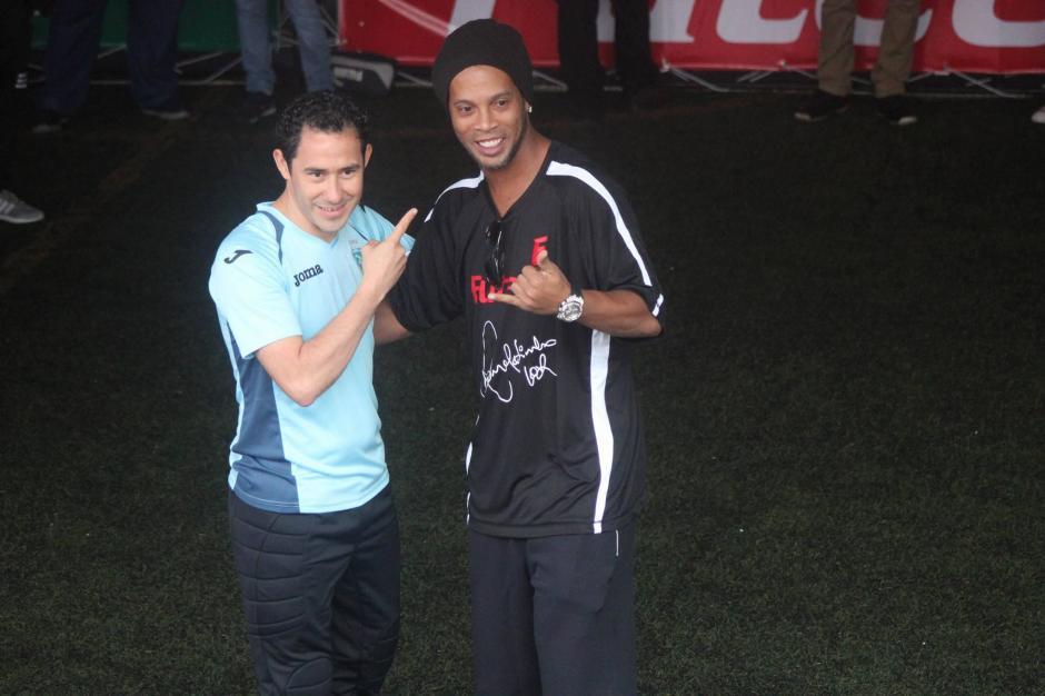 Carlos Mérida y Ronaldinho posan juntos.  (Foto: Alejandro Balán/Soy502)