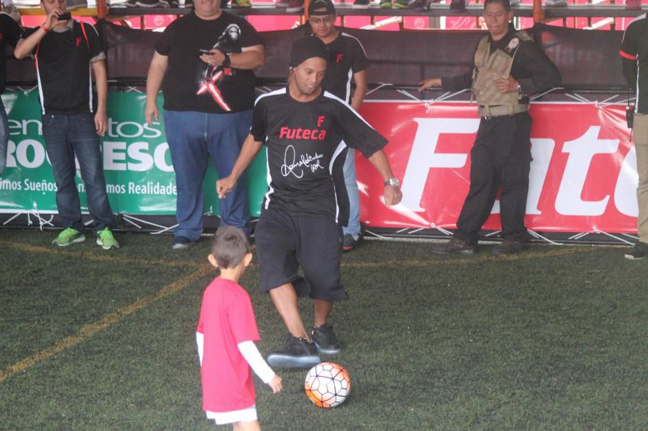 Dinho disfruta jugando con un niño.  (Foto: Alejandro Balán/Soy502)
