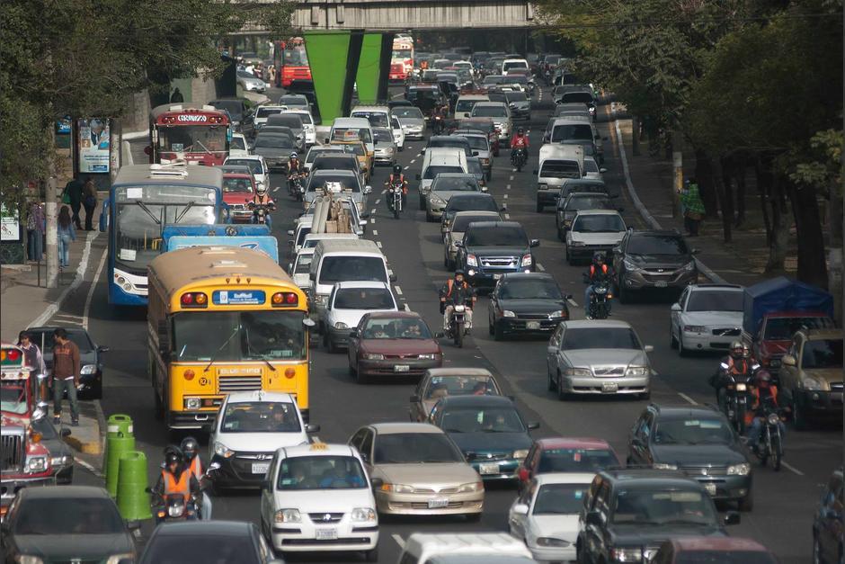 Las razones del tránsito vehicular este viernes son varias pero las principales son: el pago del bono 14 y de quincena. (Foto: Archivo/Soy502)