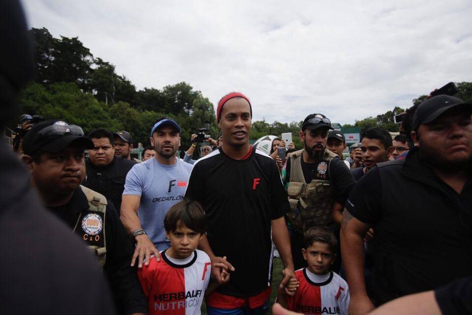 """""""Dinho"""" estuvo todo el tiempo en contacto con los niños. (Foto: Soy502)"""
