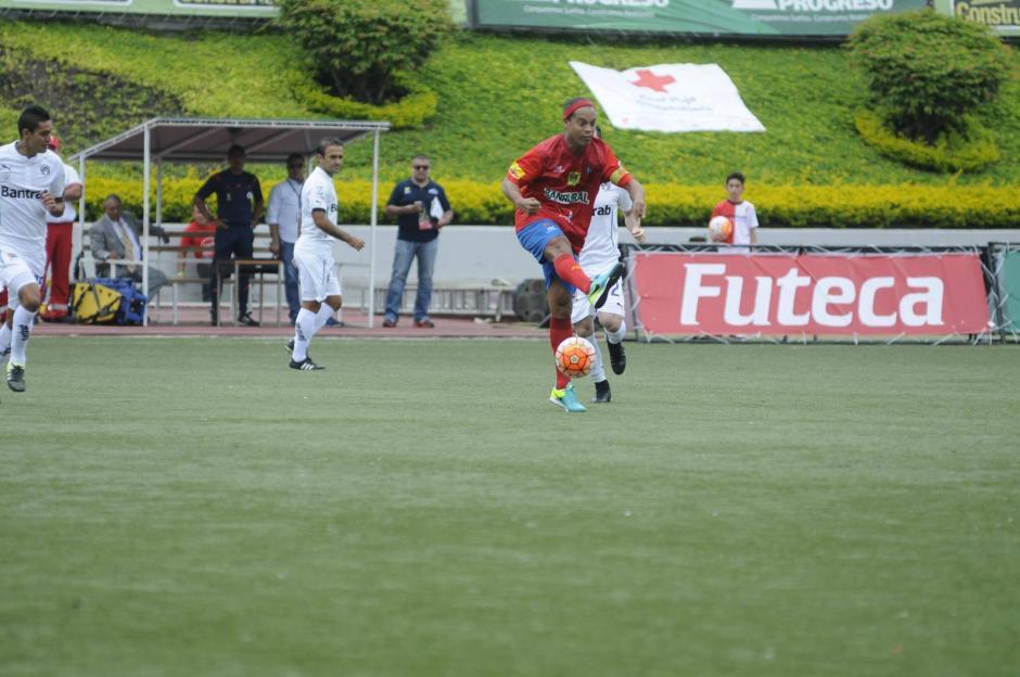 El público aplaudió cada vez que Ronaldinho tocó la pelota.  (Foto: Pedro Pablo Mijangos/Soy502)