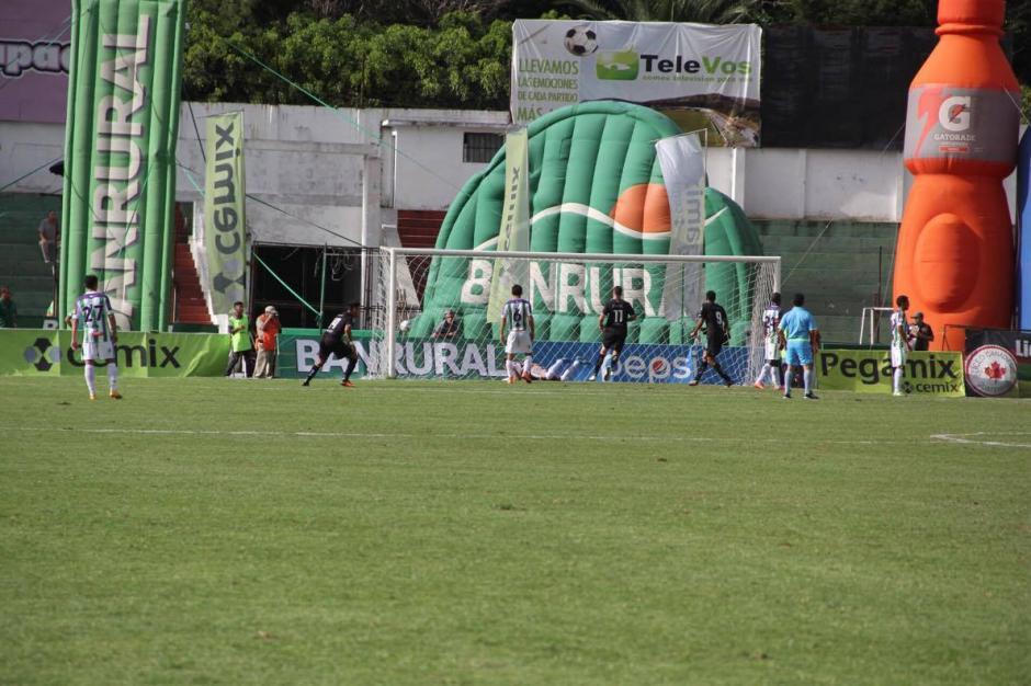 Toma lejana del gol de Emiliano López. (Foto: Fredy Hernández/Soy502)