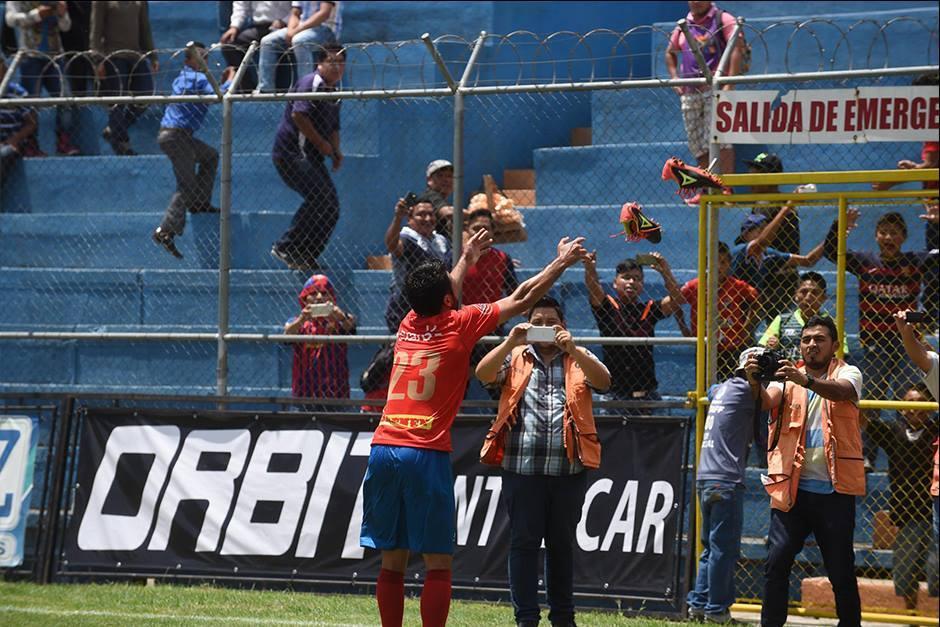...y después tiró sus botas al público en una celebración no tan normal. (Foto: Diego Galiano/Nuestro Diario)