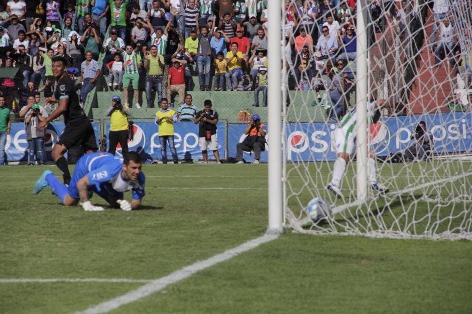 Irazún mira, impotente, cómo entra la pelota. (Foto: Fredy Hernández/Soy502)
