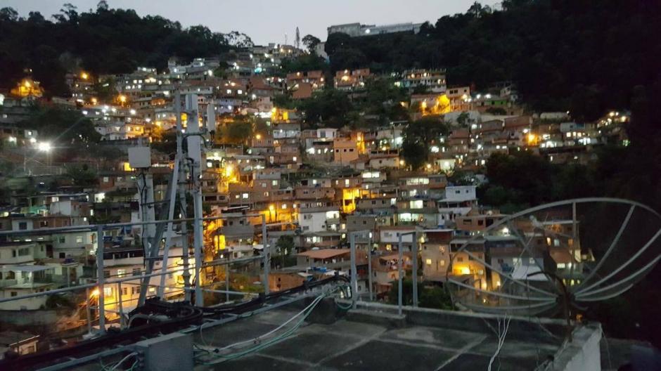 Contrario a la primera foto de la galería (lujos) esta es una favela, donde las condiciones son menores para los pobladores. (Foto: Pedro Pablo Mijangos/Soy502)