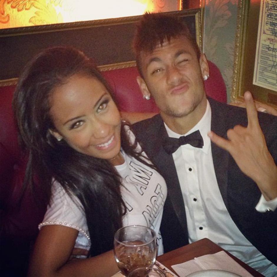 Las bellas mujeres también son otra de las debilidades de Neymar. (Foto: Twitter)