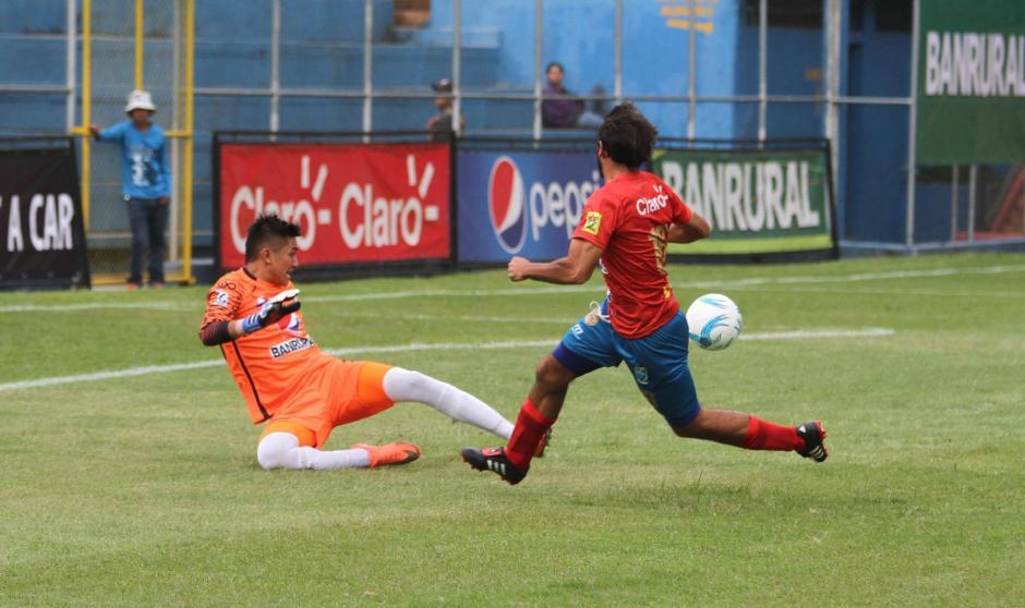 En el primer tiempo Gastón Puerari estuvo cerca de abrir el marcador. (Foto: Luis Barrios/Soy502)