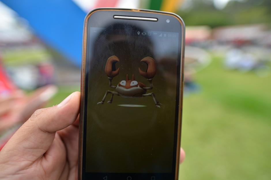 Un aficionado muestra el Pokémon que atrapó cerca del estadio. (Foto: Wilder López/Soy502)