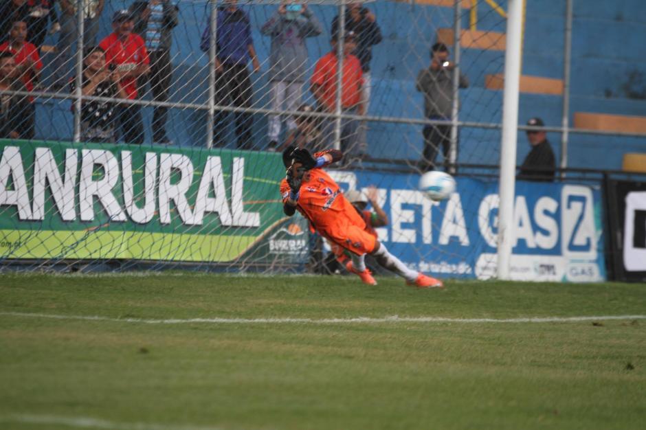 José Carlos García le atajó un penal a Kamiani Félix. (Foto: Luis Barrios/Soy502)