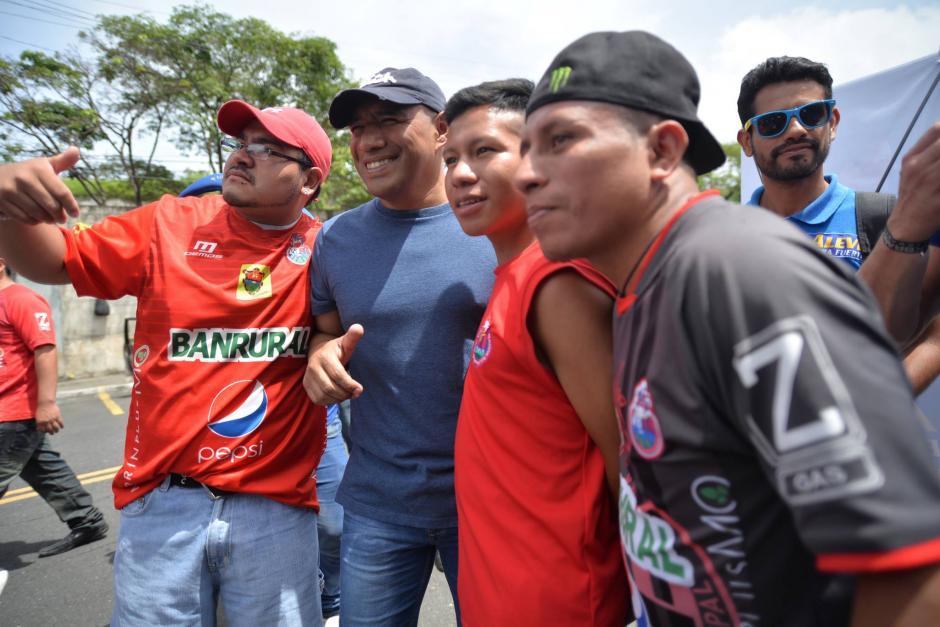 El Pin se tomó la foto con todos los aficoandos que se lo solicitaron. (Foto: Wilder López/Soy502)