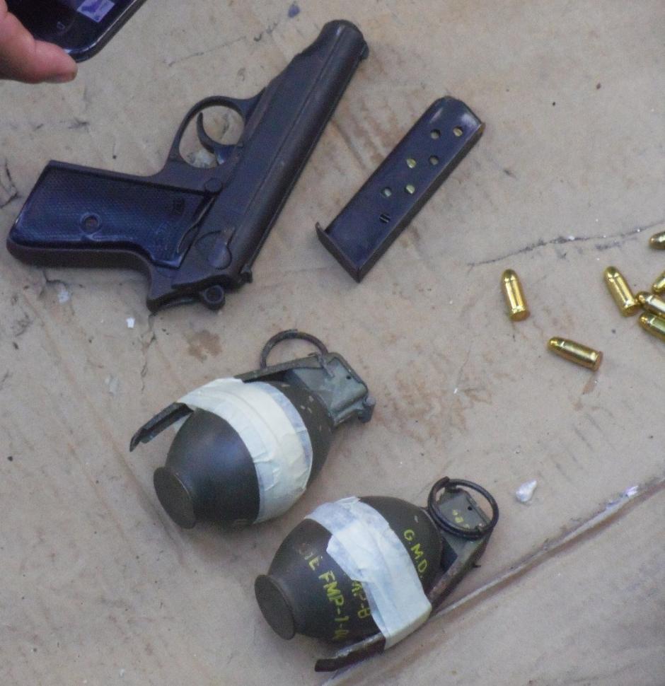 Dos granadas de fragmentación fueron decomisadas en la requisa. (Foto: PNC)