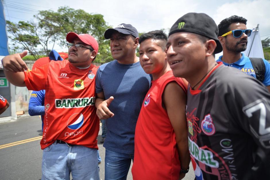 Juan Carlos Plata posa con varios aficionados. (Foto: Wilder López/Soy502)