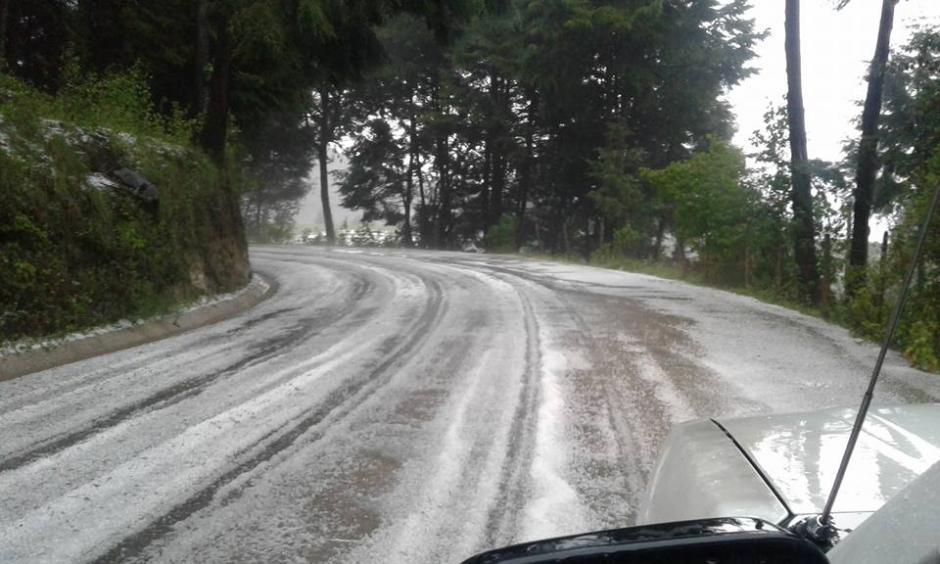 Las carreteras de el altiplano de San Marcos se cubrieron de blanco debido a una granizada. (Foto: Hugo Barrios)