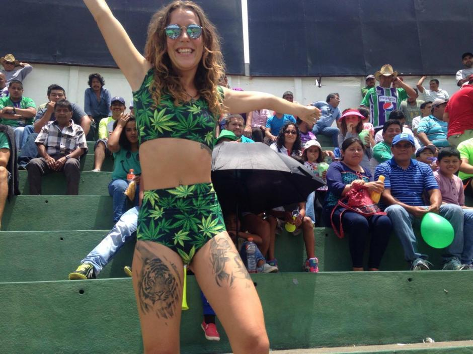La australiana tenía un curioso conjunto verde que combinaba con los colores de Antigua GFC. (Foto: Fredy Hernández/Soy502)