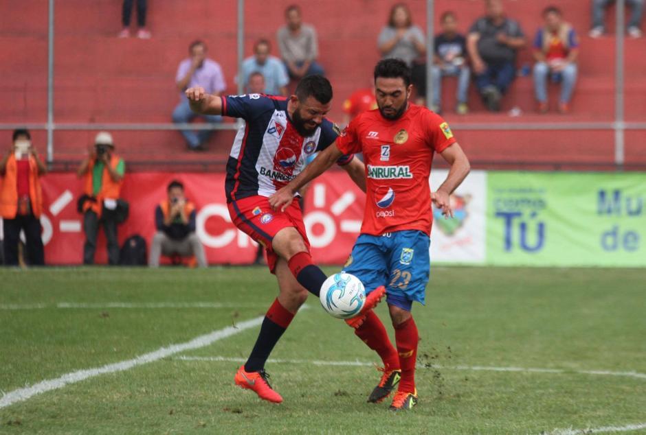 Hamilton López marca a Kamiani Félix en el medio campo durante el empate entre Rojos y Xela. (Foto: Luis Barrios/Soy502)
