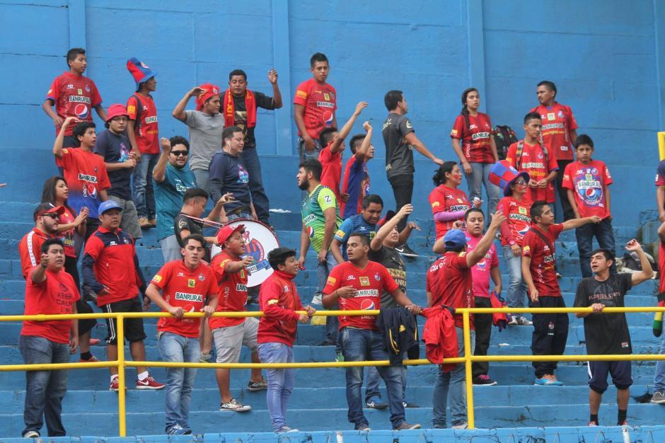 La afición roja llegó en regular número al estadio El Trébol. (Foto: Luis Barrios/Soy502)