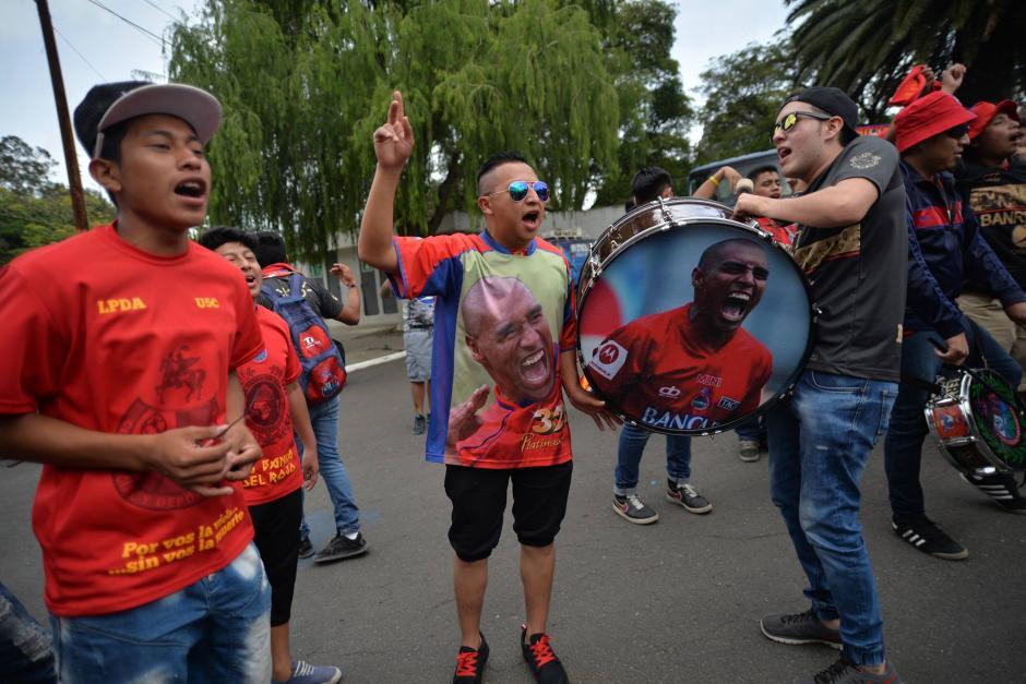 Playeras canticos y hasta el bombo con el rostro de Juan Carlos Plata. (Foto: Wilder López/Soy502)