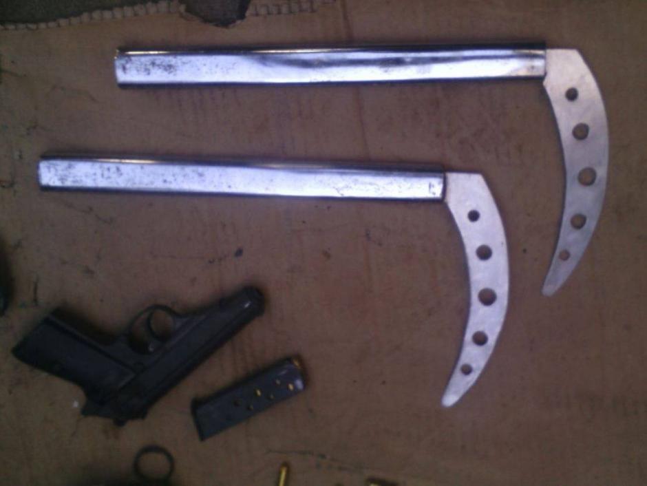 Dos guadañas de metal son parte de lo encontrado en Pavón. (Foto: PNC)