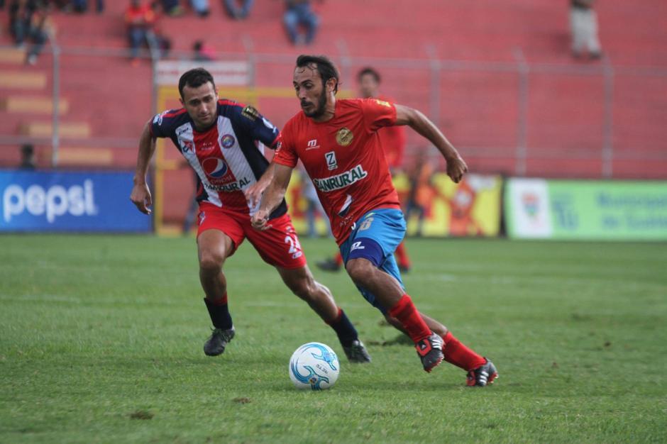 Puerari intentó pesar en la ofensiva escarlata. (Foto: Luis Barrios/Soy502)