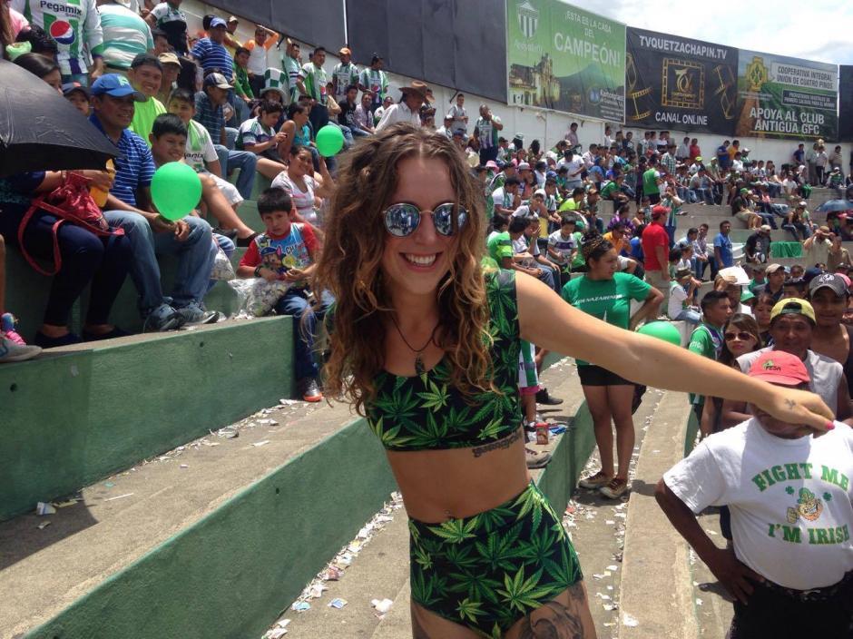 Grace no pudo contenerse y se puso a bailar en el estadio Pensativo. (Foto: Fredy Hernández/Soy502)