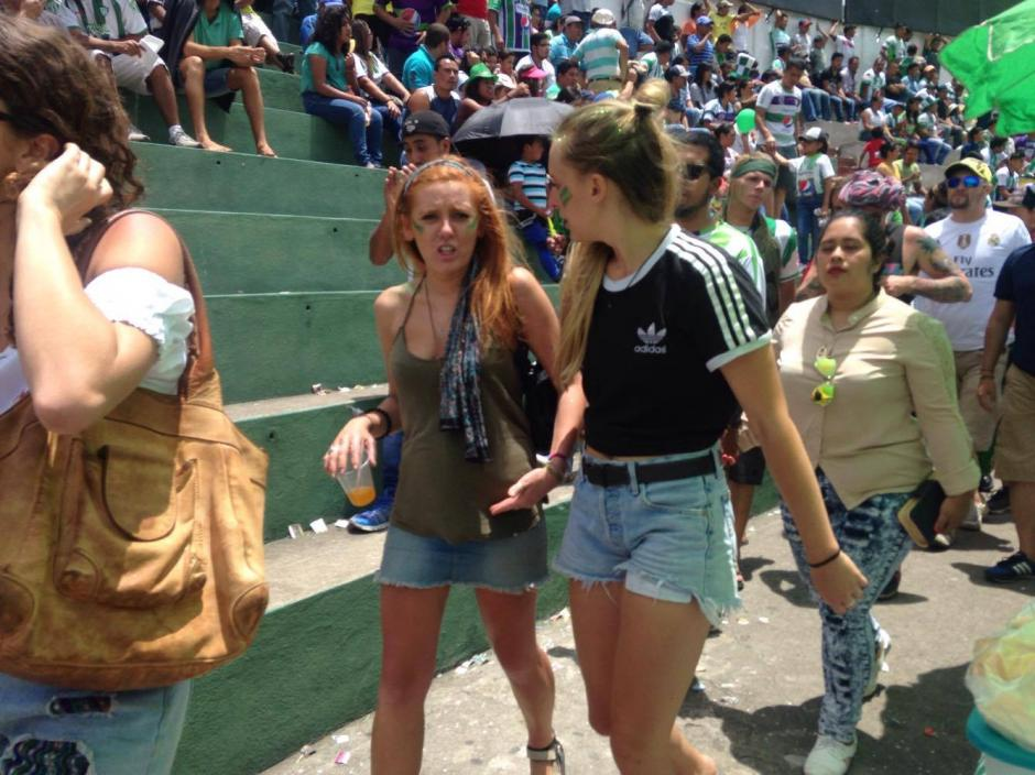 Otra joven extranjera también se puso a bailar. (Foto: Fredy Hernández/Soy502)