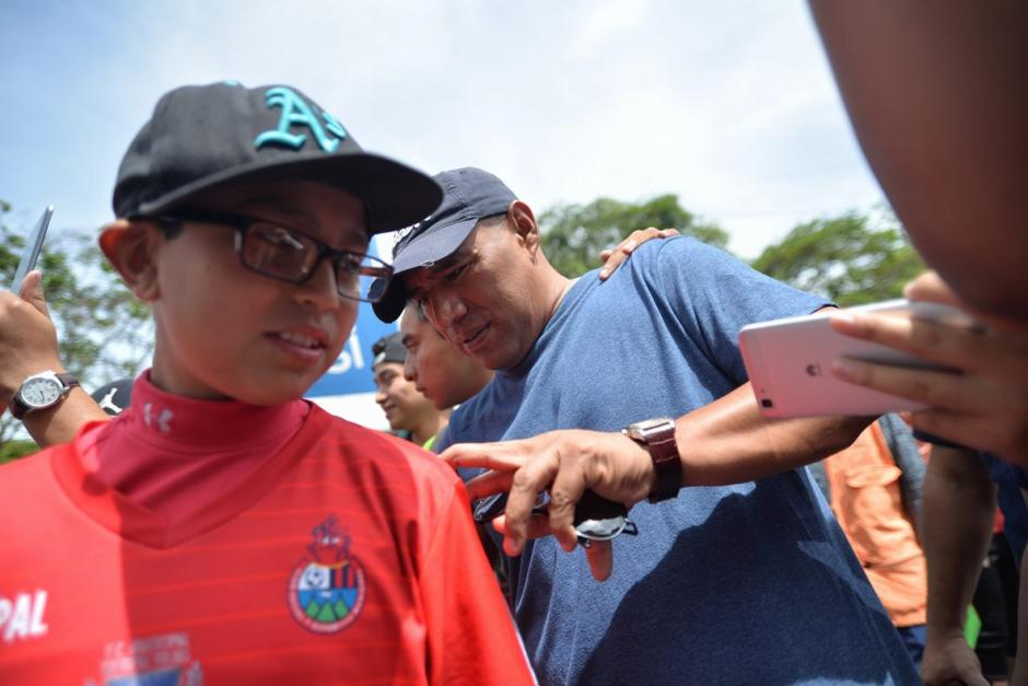 El Pin firmó autógrafos a los fanáticos fuera del Mateo Flores antes del encuentro. (Foto: Wilder López/Soy502)