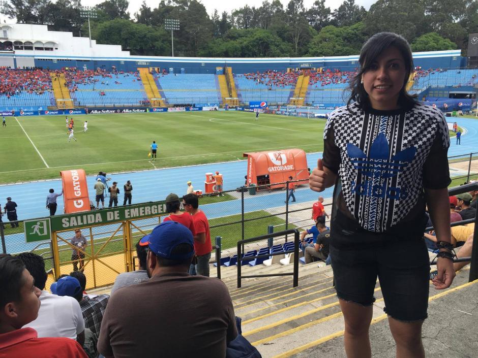 Ana Lucía Martínez, futbolista guatemalteca que juega en España, asistió al partido. (Foto: Luis Barrios/Soy502)