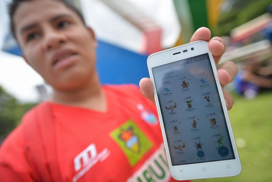 Los aficionados jugaron Pokémon Go alrededor del Mateo Flores. (Foto: Wilder López/Soy502)