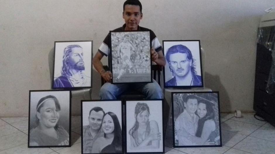 Lemus muestra con orgullo su obras dibujadas a mano alzada. (Foto: Edgar Lemus)