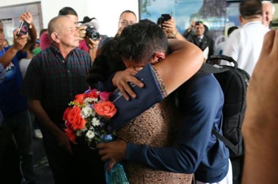 El abrazo de madre e hijo fue sin duda un momento emotivo. (Foto: Muni Mataquescuintla)