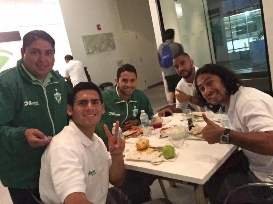 Los jugadores de Antigua GFC en la hora de la cena en el hotel de concentración en Nueva Jersey. (Foto: Antigua GFC)