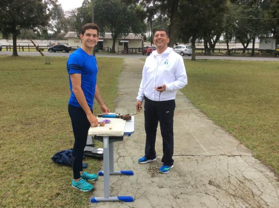 Charles Fernández junto a su entrenador Walid Sayed, en Curitiba, Brasil. (Foto: Cortesía)