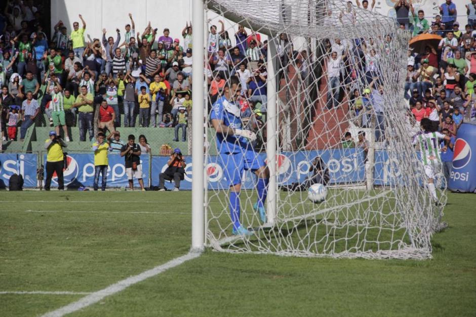 Javier Irazún lamenta el empate de Antigua. (Foto: Fredy Hernández/Soy502)