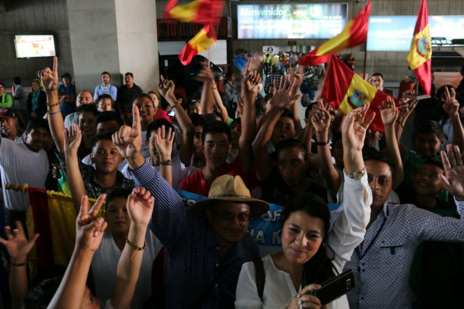 Amigos y familiares recibieron a Pineda en el aeropuerto. (Foto: Muni Mataquescuintla)