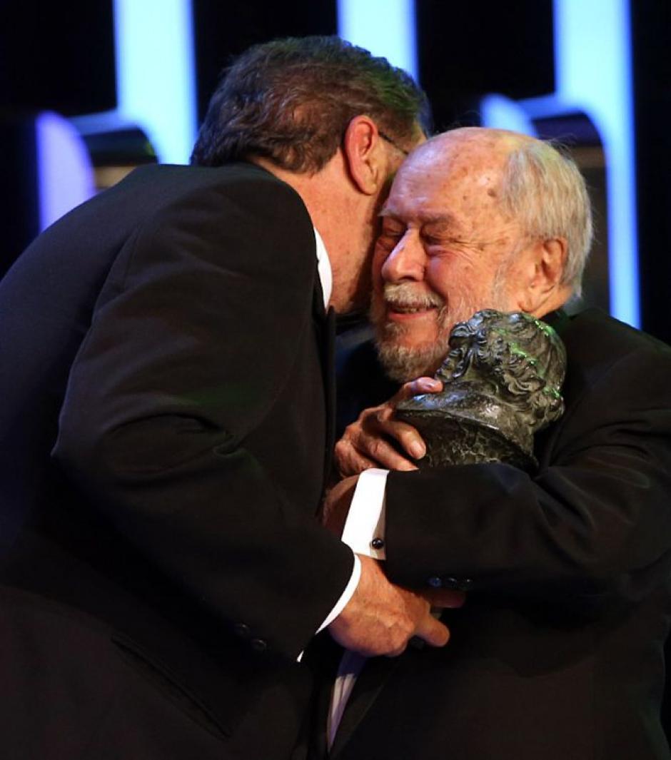 Enrique Gonzalez Macho, presidente de la Academia de Cine, entrega el Goya de Honor al veterano cineasta, Jaime de Armiñán. (Foto: EFE)