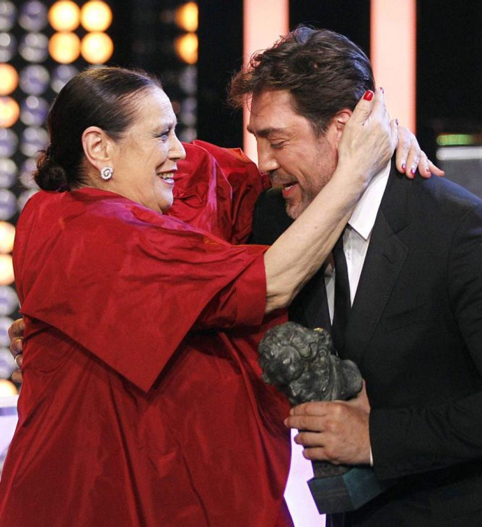 """La actriz Terele Pávez abraza al actor Javier Bardem, antes de recibir el Goya a la """"Mejor interpretación femenina de reparto"""", por su trabajo en la película """"Las Brujas de Zugarramurdi"""". (Foto: EFE)"""
