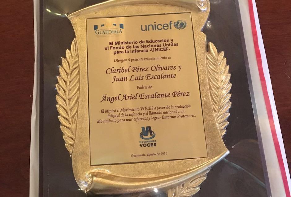 Esta placa fue entregada a la familia de Ángel Ariel Escalante. (Foto: Unicef Guatemala)