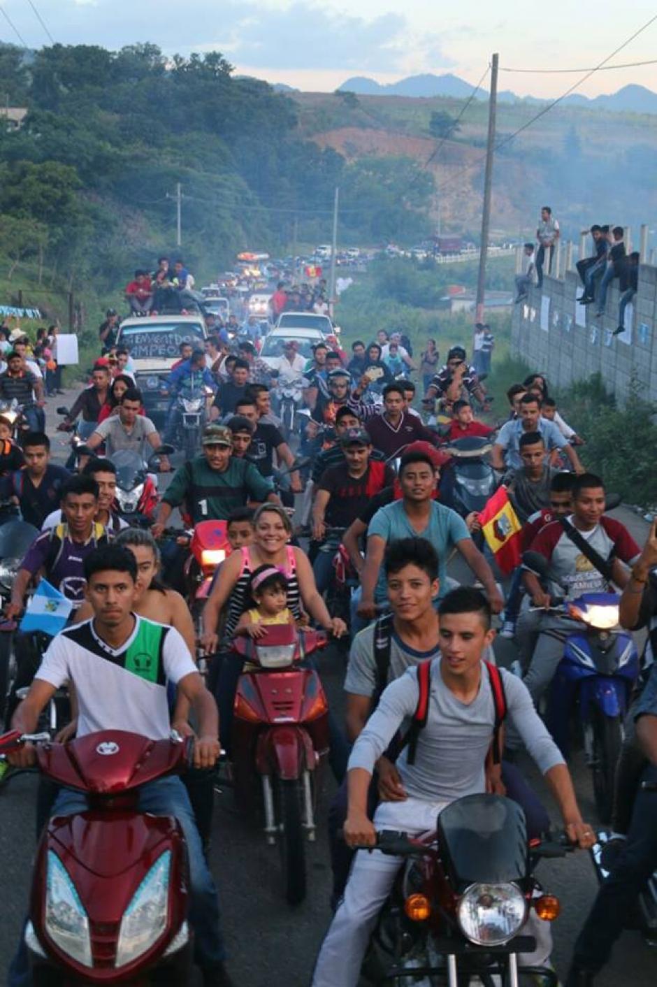 Así la caravana para recibir al atleta olímpcio en Matacaquescuintla. (Foto: Muni Mataquescuintla)