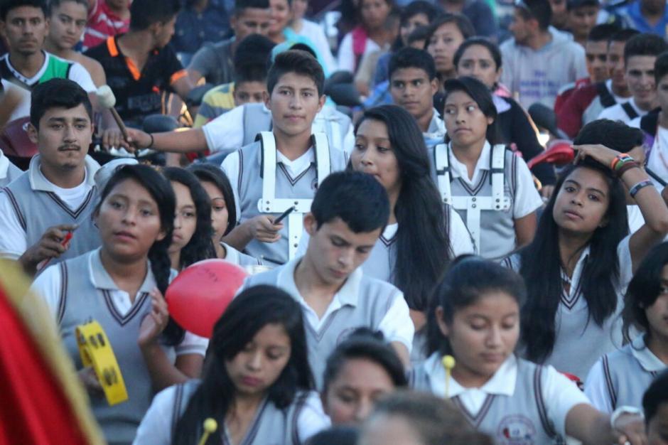 Bandas de los colegios salieron a anunciar el regreso del pesista Édgar Pineda. (Foto: Muni Mataquescuintla)