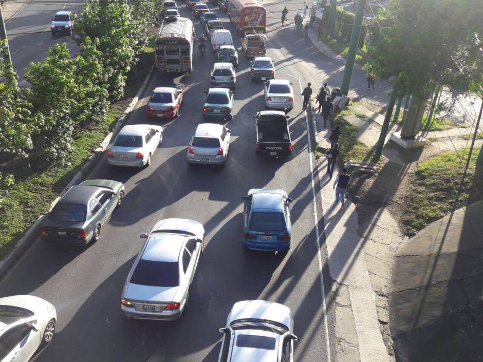 Transito complicado en el ingreso a la ciudad por la ruta Interamericana. (Foto: Fredy Hernández/Soy502)