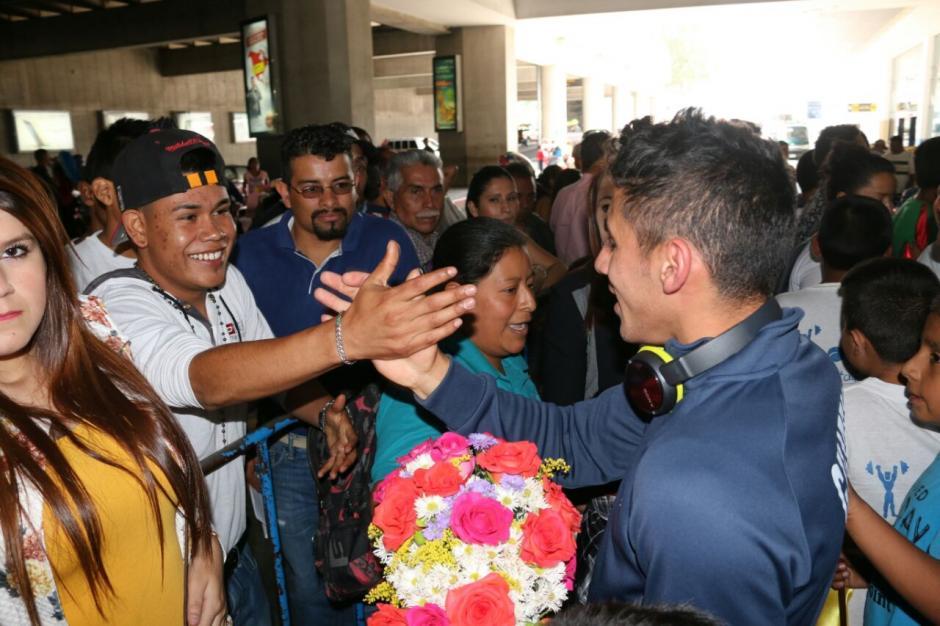 Los amigos llegaron a recibir a Pineda en el aeropuerto La Aurora. (Foto: Muni Mataquescuintla)