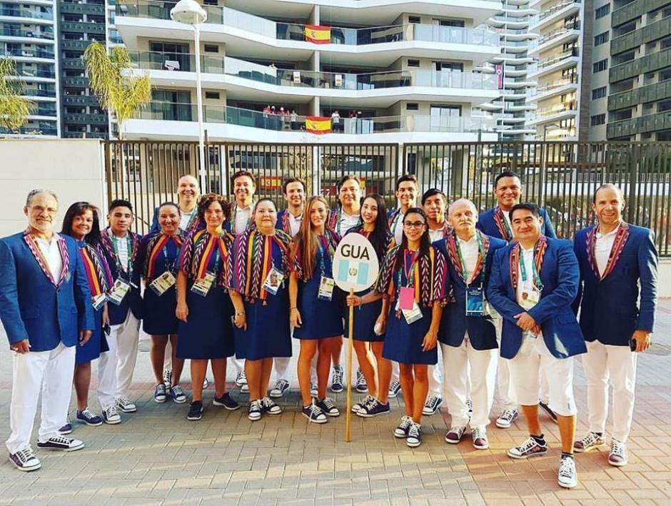 Los atletas posan para la foto luciendo sus trajes previo a la inauguración de Río 2016. (Foto: Agexport)