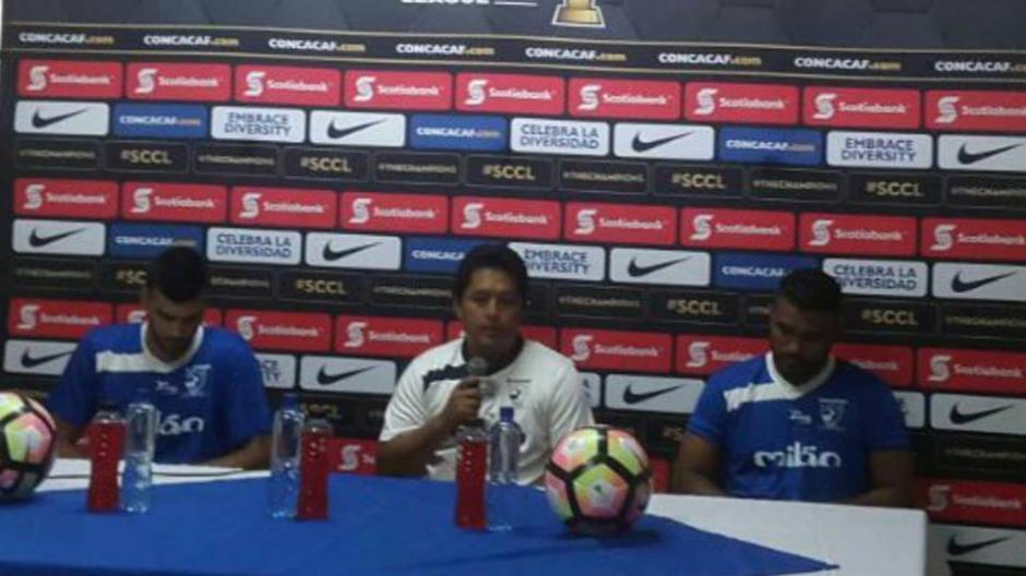 El técnico y dos jugadores venados atendieron a la prensa.  (Foto: CDSuchitepéquez)