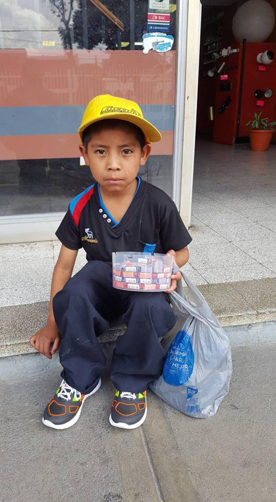 El niño agradeció el buen gesto. El acto se ha hecho viral en las redes sociales. (Foto: Jhon Monsalve)