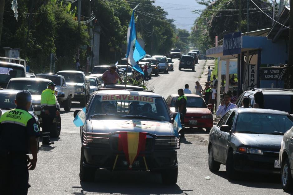 Los vehículos con las banderas de Guatemala no faltaron en la caravana. (Foto: Muni Mataquescuintla)