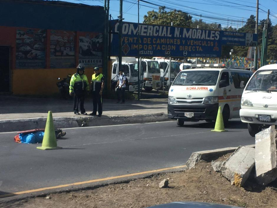 Bomberos llegaron al lugar pero no pudieron salvar la vida del motorista. (Foto: Fredy Hernández/Soy502)